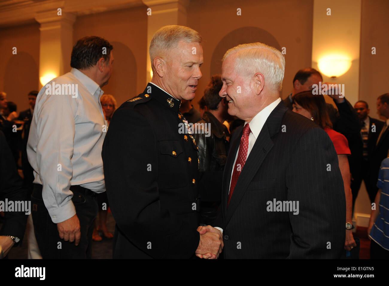 Commandant of the Marine Corps Gen. James F. Amos, left, shakes the hand of Secretary of Defense Robert M. Gates Stock Photo