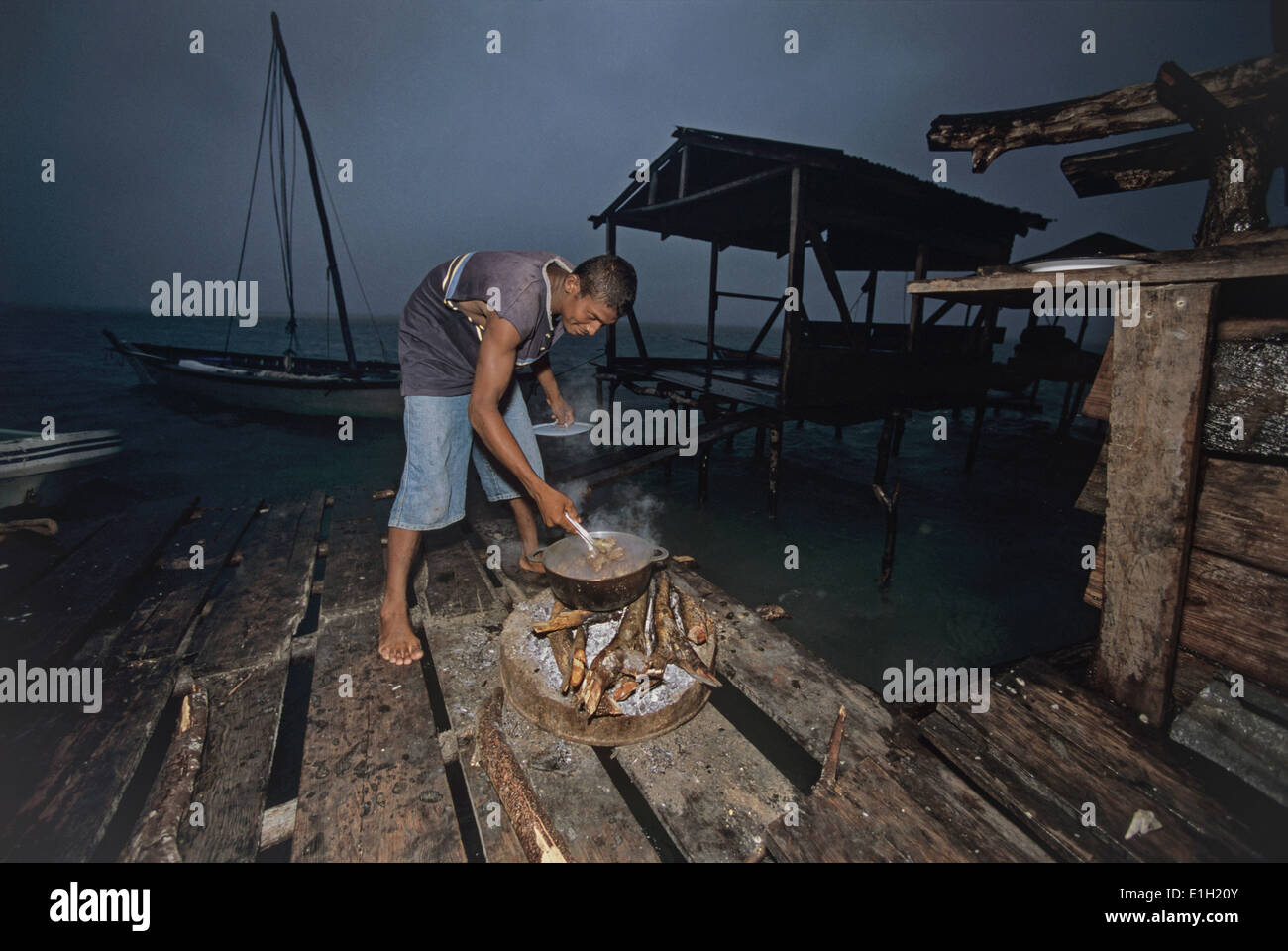 Miskito Indian fisherman cooking Green Turtle (Chelonia mydas) meat, Puerto Cabezas, Nicaragua - Caribbean Sea. Stock Photo