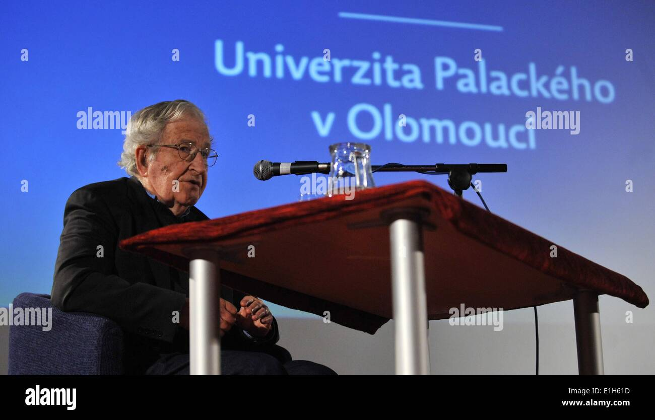 Olomouc, Czech Republic. 4th June, 2014. American linguist, philosopher, logician and political commentator Noam Chomsky pictured during the lecture in Olomouc, Czech Republic, June 4, 2014. Noam Chomsky is the main guest at the linguistic conference staged by Palacky University on June 5-7. Credit:  Ludek Perina/CTK Photo/Alamy Live News - Stock Image