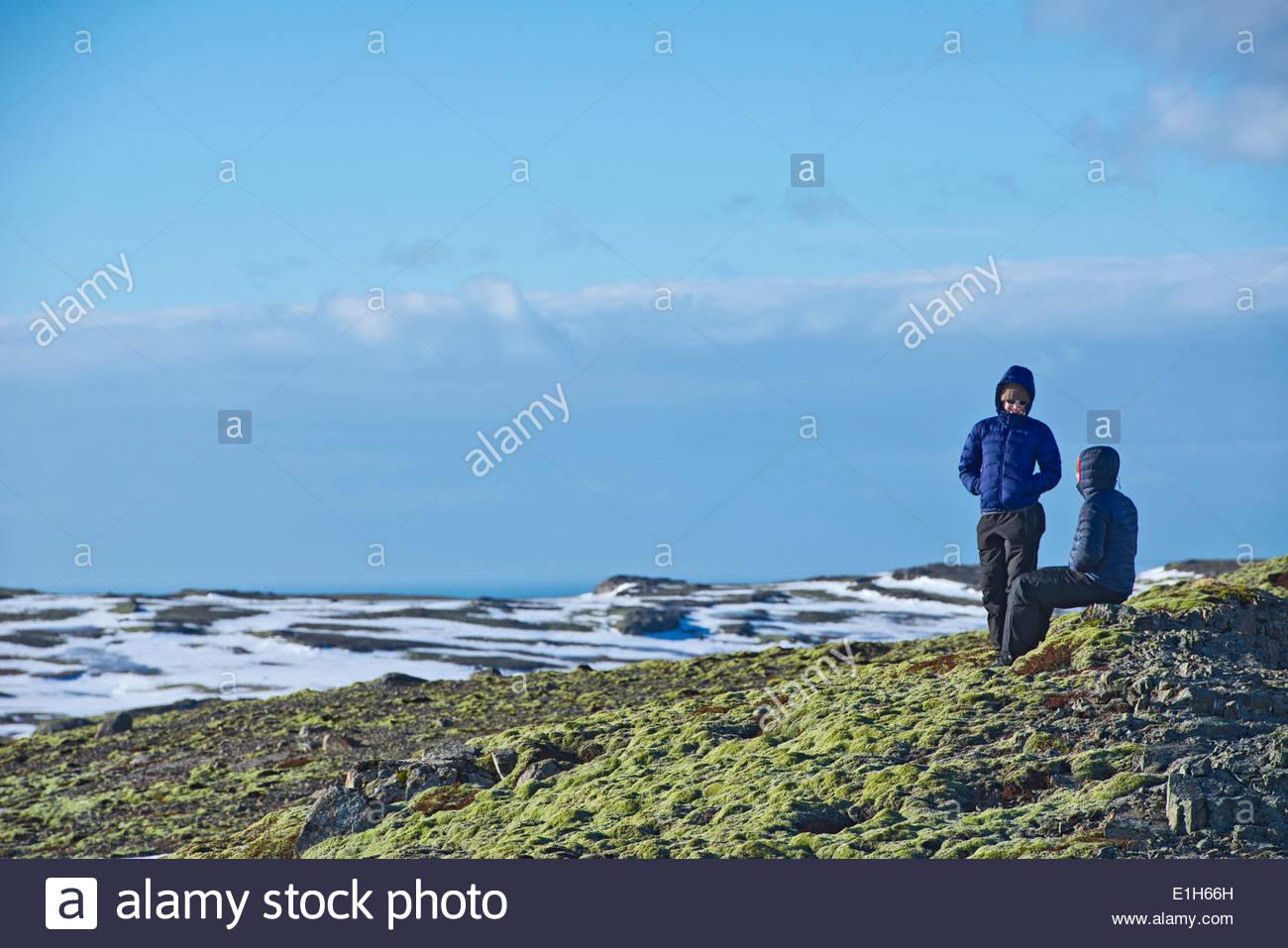 Young hiking couple taking a break at Breidamerkurjokull, Vatnajokull National Park, Iceland - Stock Image