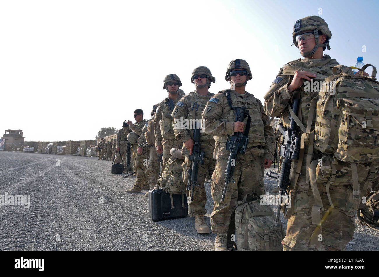 Paratroopers with the 4th Brigade Combat Team (Airborne), 25th Infantry Division, Task Force 4-25, wait to board Stock Photo