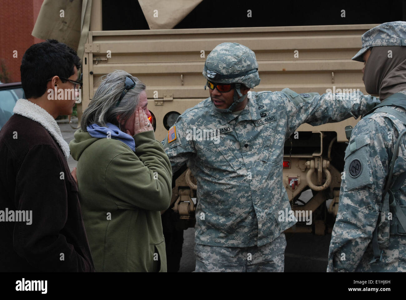 LONG BEACH, N.Y. – New York Army National Guard Spc. Francisco Justiniano relays information and help from Long Beach City Ha - Stock Image