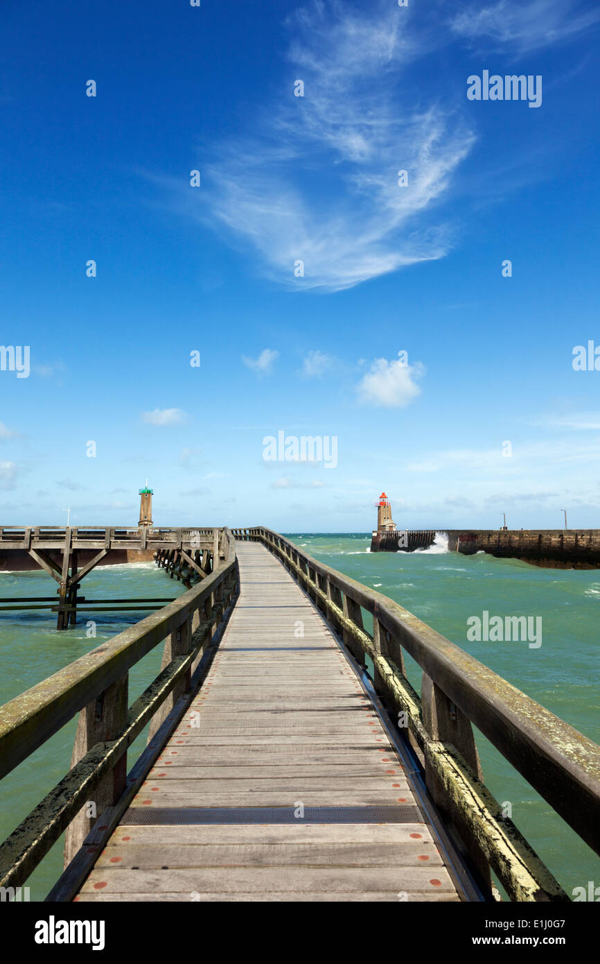 Wooden bridge to the beacons at the harbor entrance of Fecamp, Normandy - Stock Image
