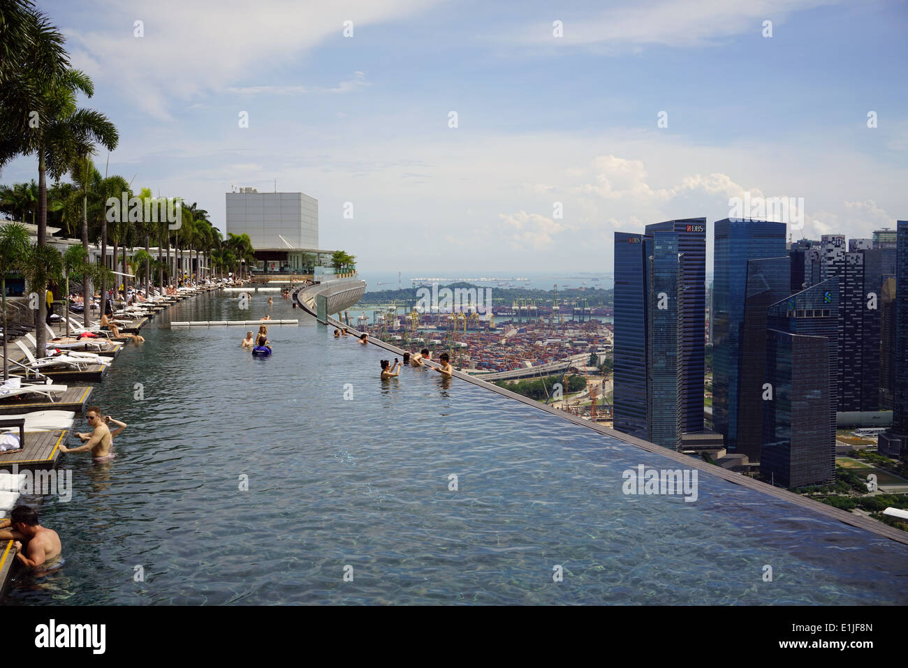 The Sky Park infinity swimming pool on the 57th floor of Marina Bay Sands Hotel - Stock Image