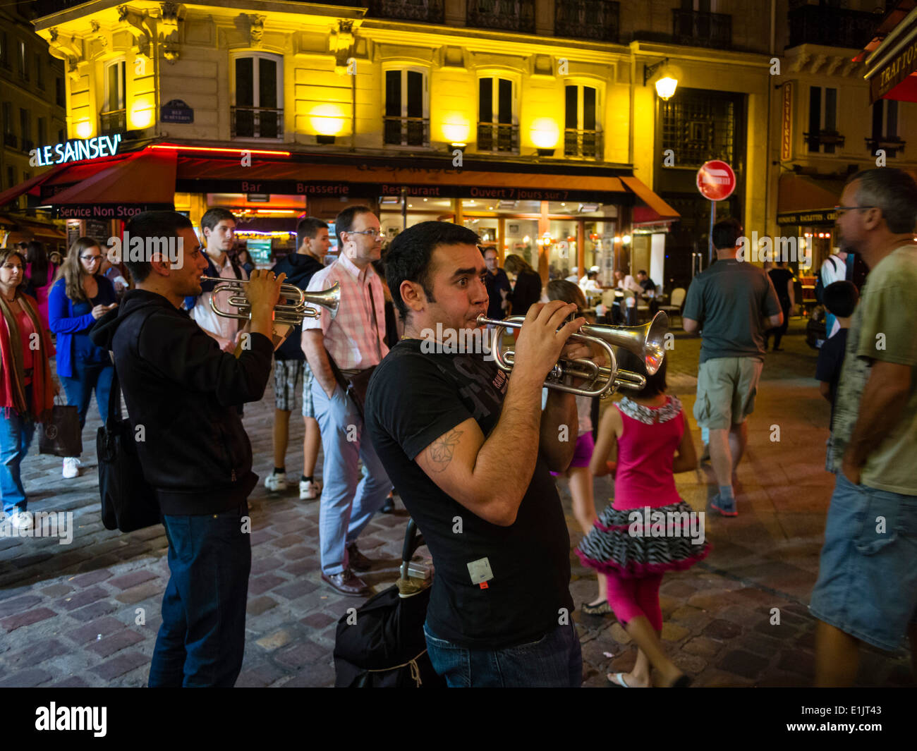 Street musicians play late in the evening at the Paris latin quarter / quartier latin. - Stock Image