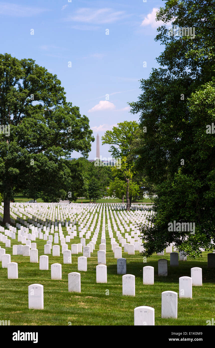 Graves at Arlington National Cemetery with Washington Monument in the distance, Arlington, Virginia, USA - Stock Image
