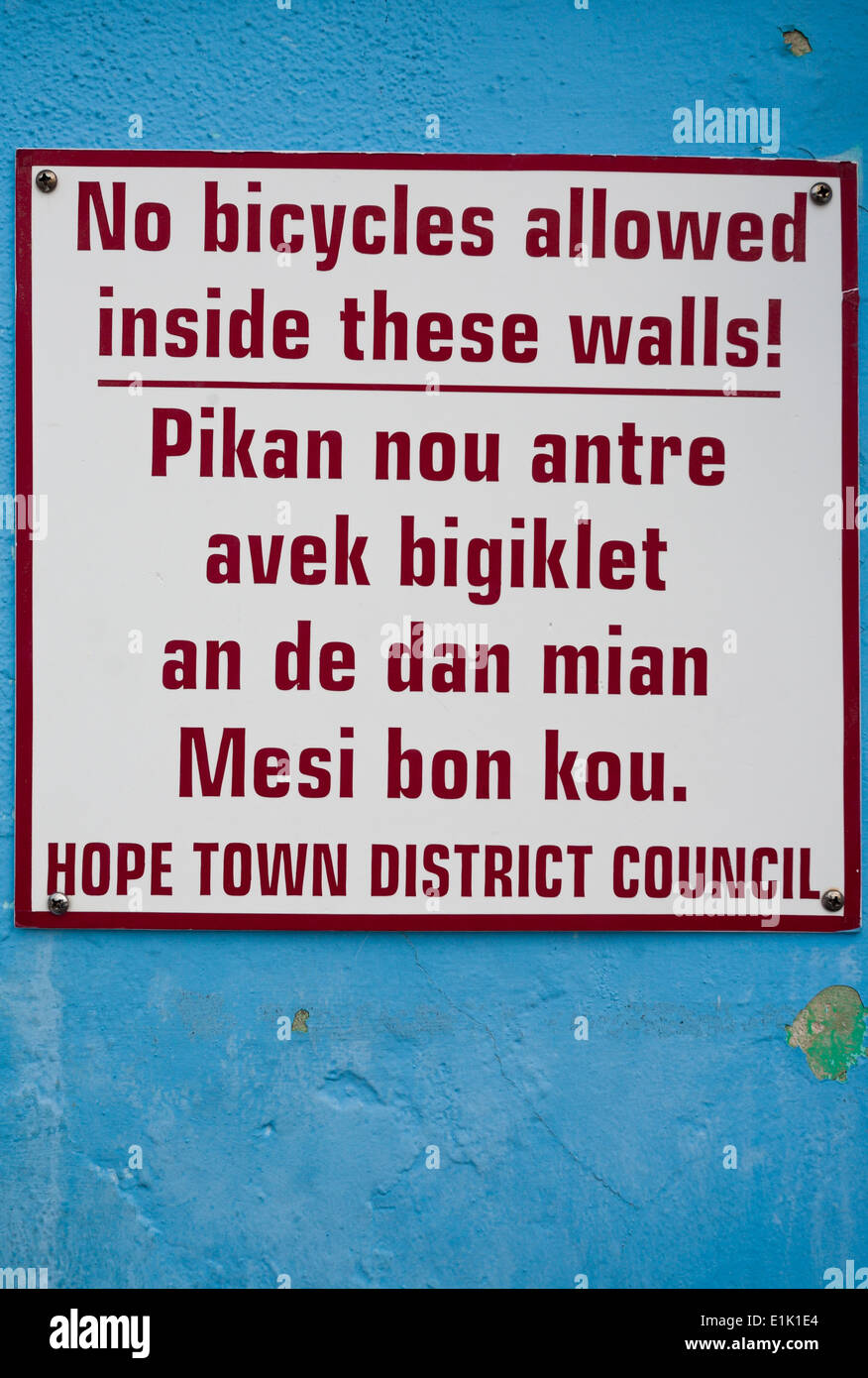 Bilingual Sign in English and Creole. No Bicycles Allowed inside these walls: a Bahamian sign in english and creole - Stock Image