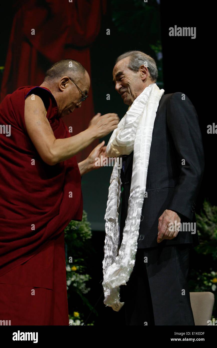 The Dalai Lama gives a scarf to R. Badinter - Stock Image