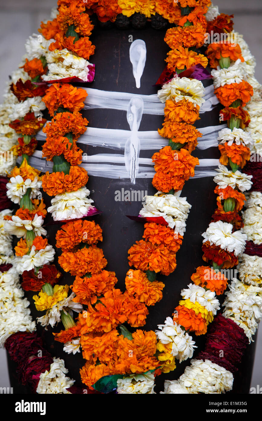 Garlanded lingam statue - Stock Image