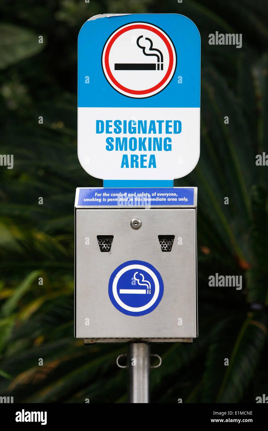 Universal Orlando. Designated smoking area sign - Stock Image