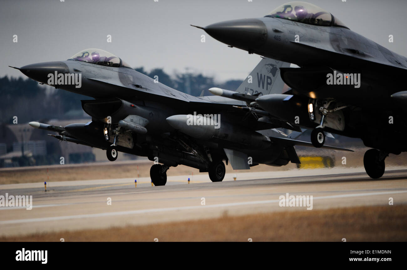 U.S. Air Force F-16 Fighting Falcons assigned to the the 35th Fighter Squadron land in sync after a training mission Feb. 13, 2 - Stock Image