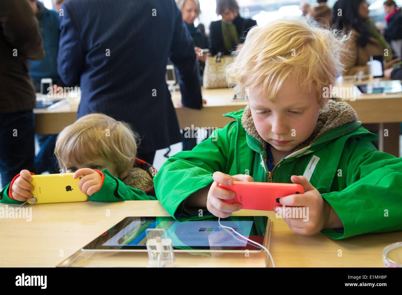 Apple Retail Store Stock Photos & Apple Retail Store Stock Images ...