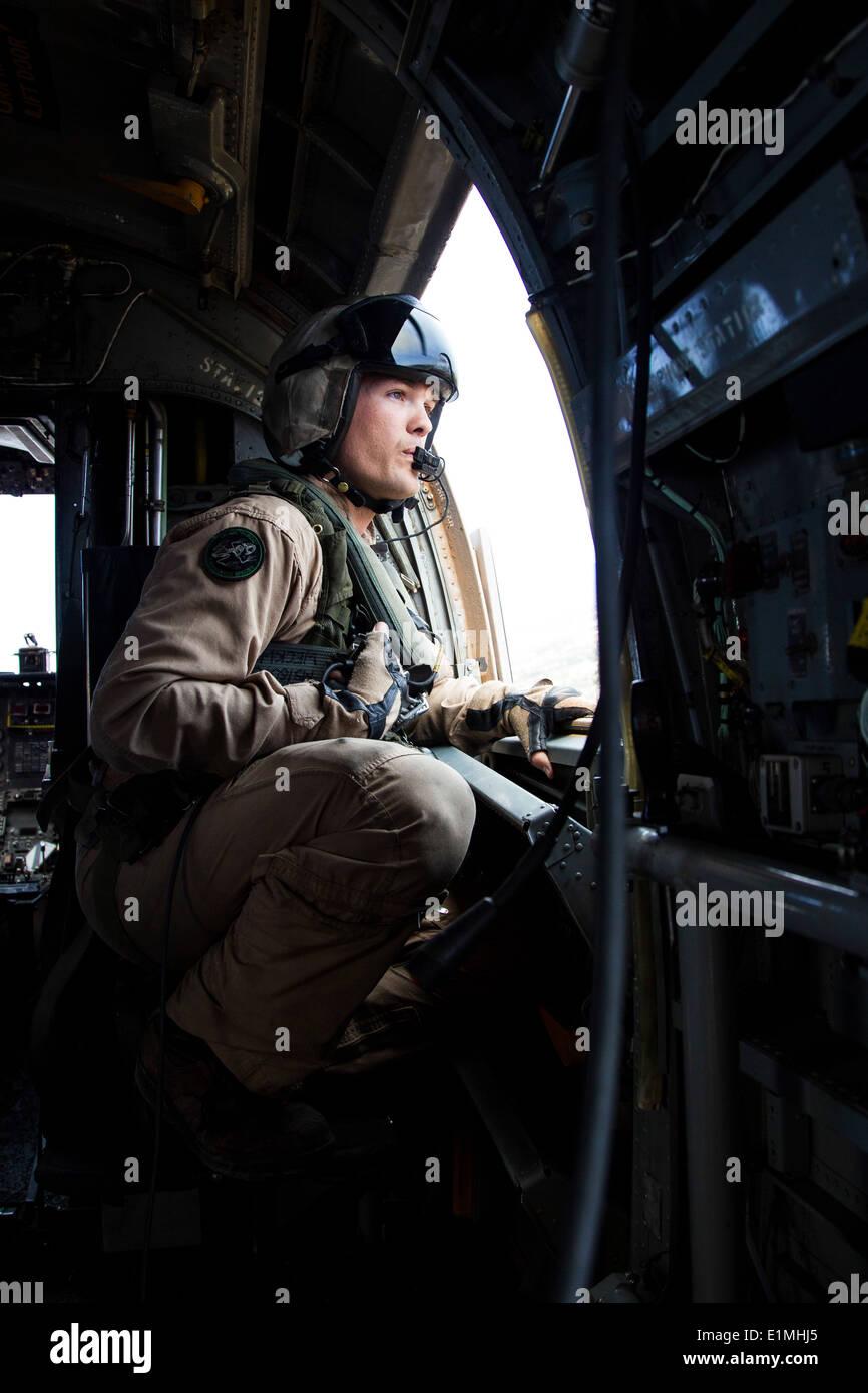 U.S. Marine Corps Staff Sgt. Derek Burleson, a crew chief with Marine Medium Helicopter Squadron (HMM) 364, Marine Aircraft Gro - Stock Image