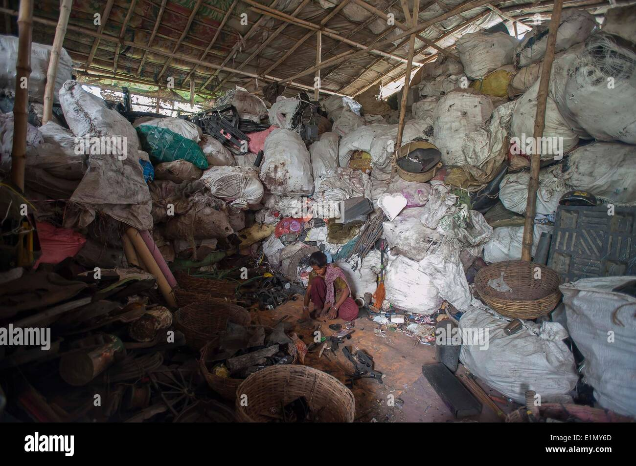Calcutta, Indian state West Bengal. 6th June, 2014. An Indian labor sorts recyclable materials near a dumping ground in Calcutta, capital of eastern Indian state West Bengal, June 6, 2014. According to National Physical Laboratory report 2013, garbage pressure in Calcutta of 16.5 tonnes per square kilometer, is the highest in the country. © Tumpa Mondal/Xinhua/Alamy Live News - Stock Image