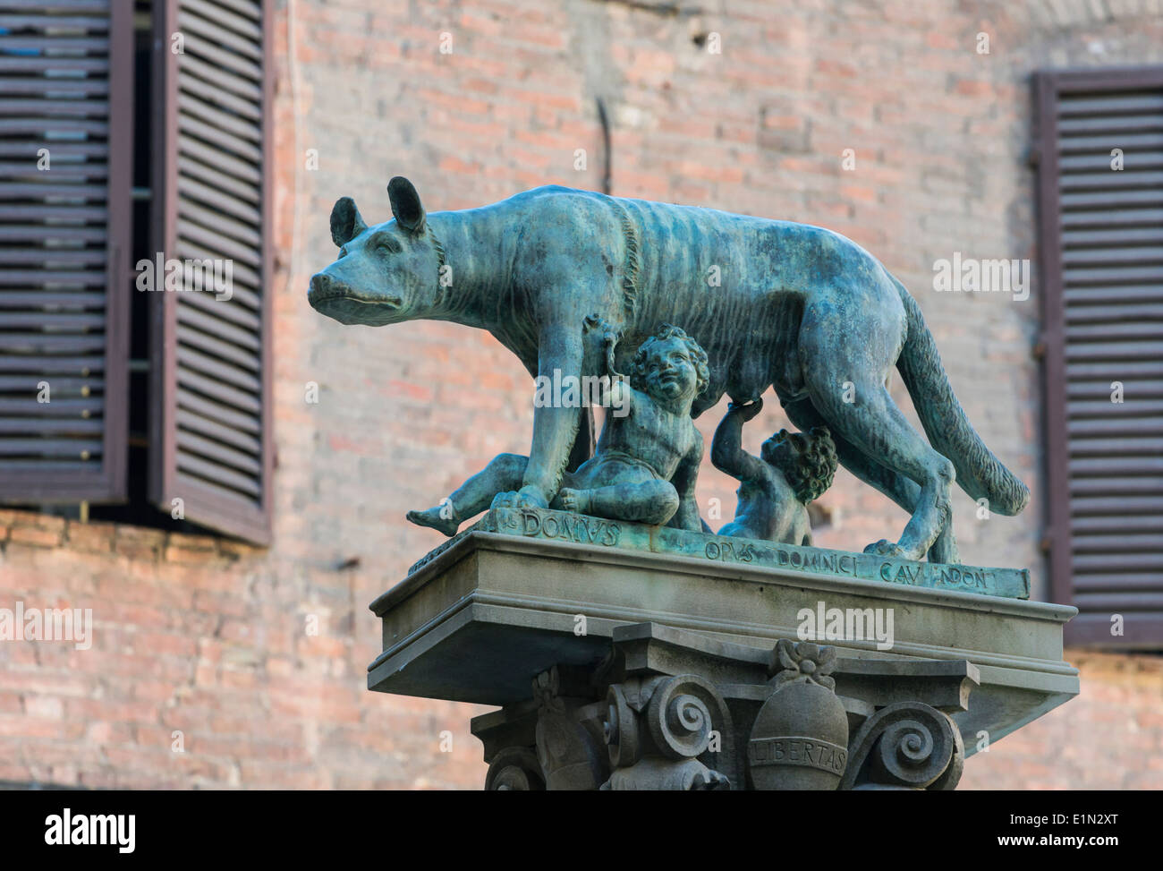 Siena, Siena Province, Tuscany, Italy. Statue of Romulus and Remus being suckled by the she-wolf. - Stock Image