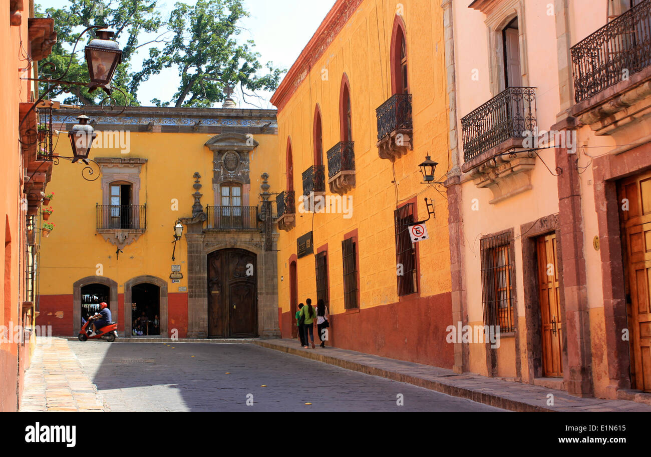 A street with typical Colonial buildings in San Miguel de Allende, Guanajuato, Mexico - Stock Image
