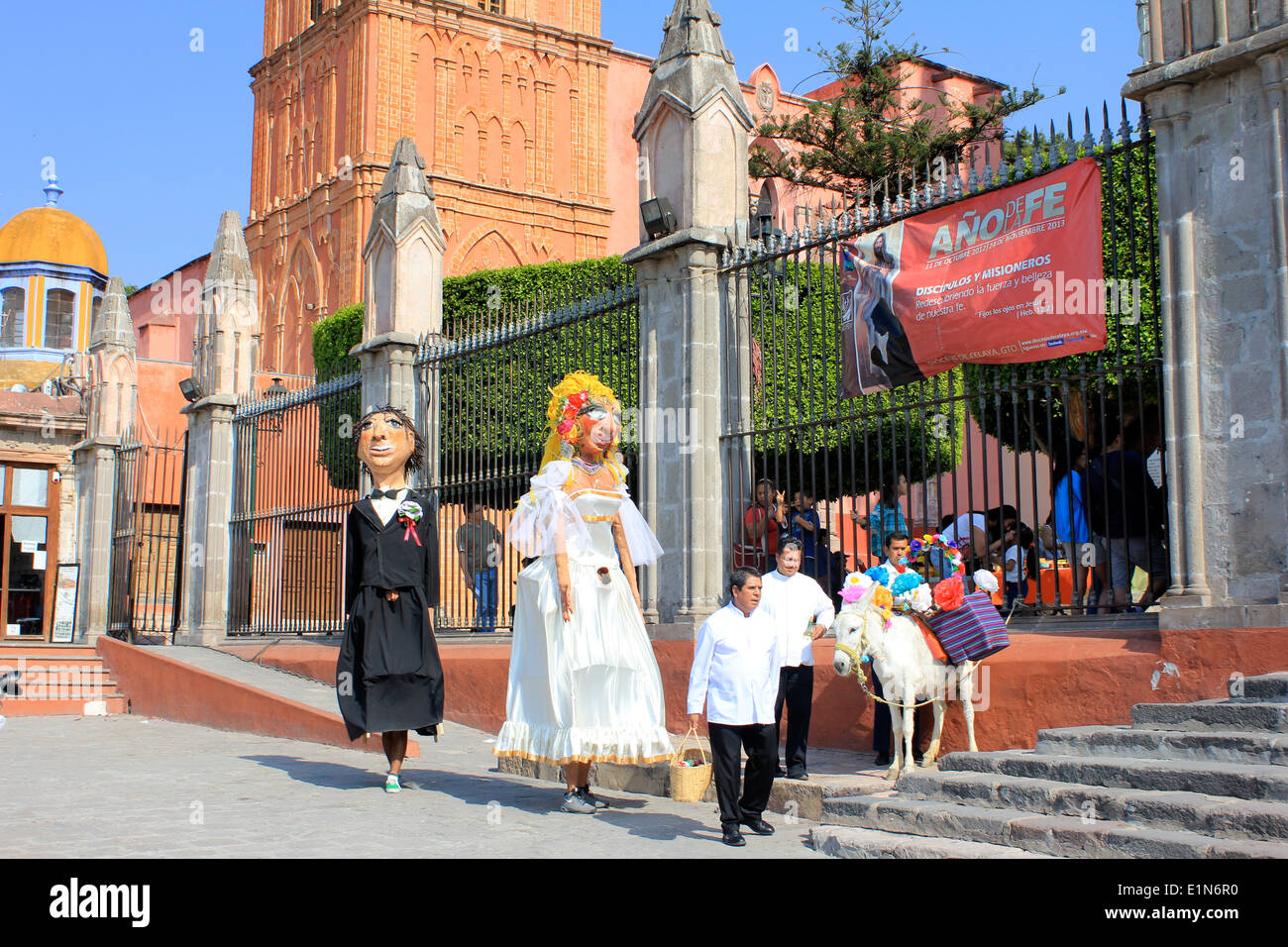 The giants and donkey at a wedding in San Miguel de Allende, Guanajuato, Mexico - Stock Image