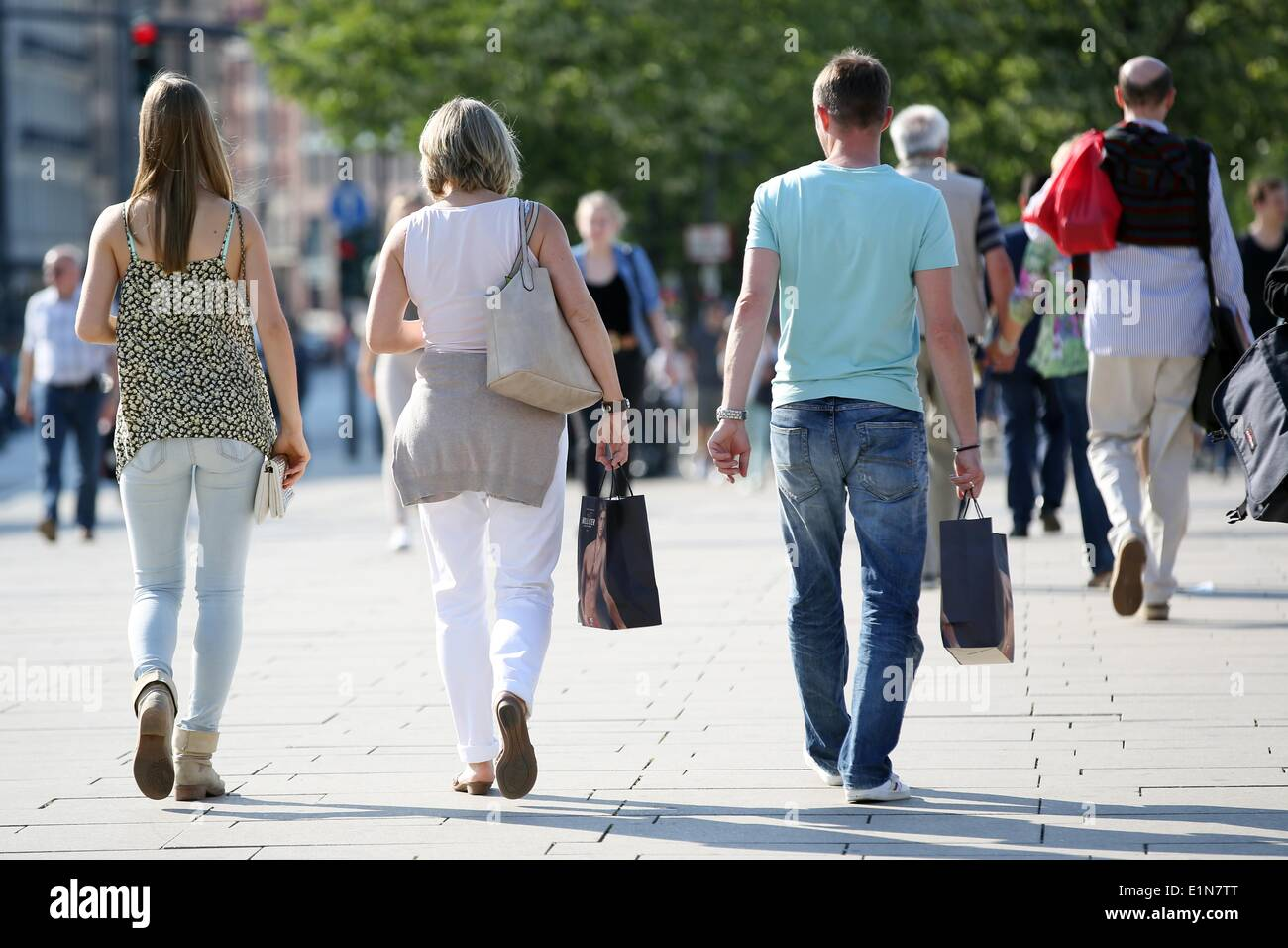 Hamburg, Germany. 06th June, 2014. People walk with shopping bags through the inner city in Hamburg, Germany, 06 June 2014. The sunny weather puts retailers in good moods. The weather is good, the stocks are there and the customers are buying. Photo: BODO MARKS/dpa/Alamy Live News - Stock Image