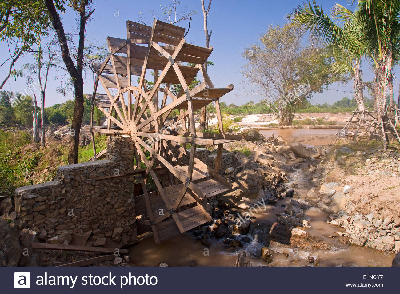 Mill wheel on the Mekong River on the island of Don Khon in Laos - Stock Image