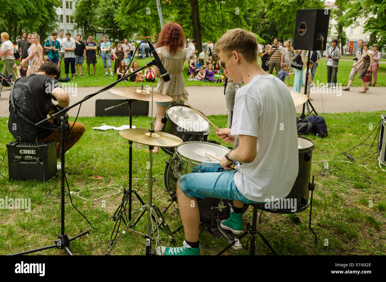 guy plays drums with friend music group for people - Stock Image