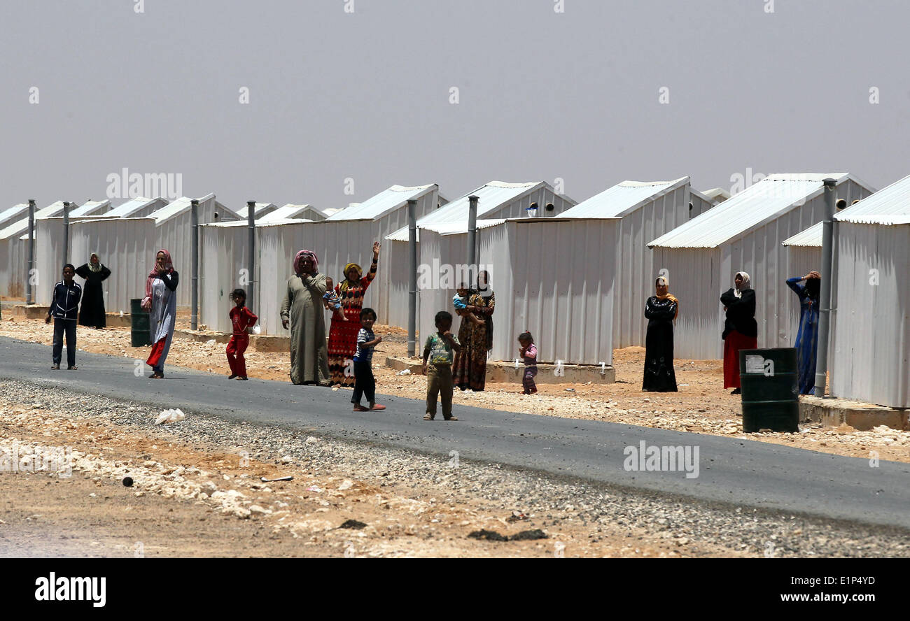 (140608) -- AMMAN, June 8, 2014 (Xinhua) -- Syrian refugees are seen near theri home at Azraq Syrian Refugee camp during a visit of Italian foreign minister Federica Mogherini to their refugee camp, 100 km east of Amman, Jordan, June 8, 2014. Mogherini attended the opening of the new hospital in Azraq refugee camp in Jordan, a pre-fabricated building designed to provide second-level healthcare for Syrian refugees. The hospital was built by the Italian Civil Protection Department in collaboration with the International Federation of Red Cross and Red Crescent Societies and the Italian, Norwegia - Stock Image