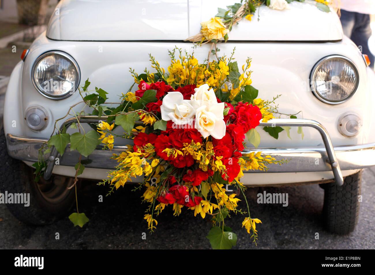 Fiat 500 decorated with flowers at the Festival of Pentecost in Civitella Casanova, Abruzzo, Italy. - Stock Image