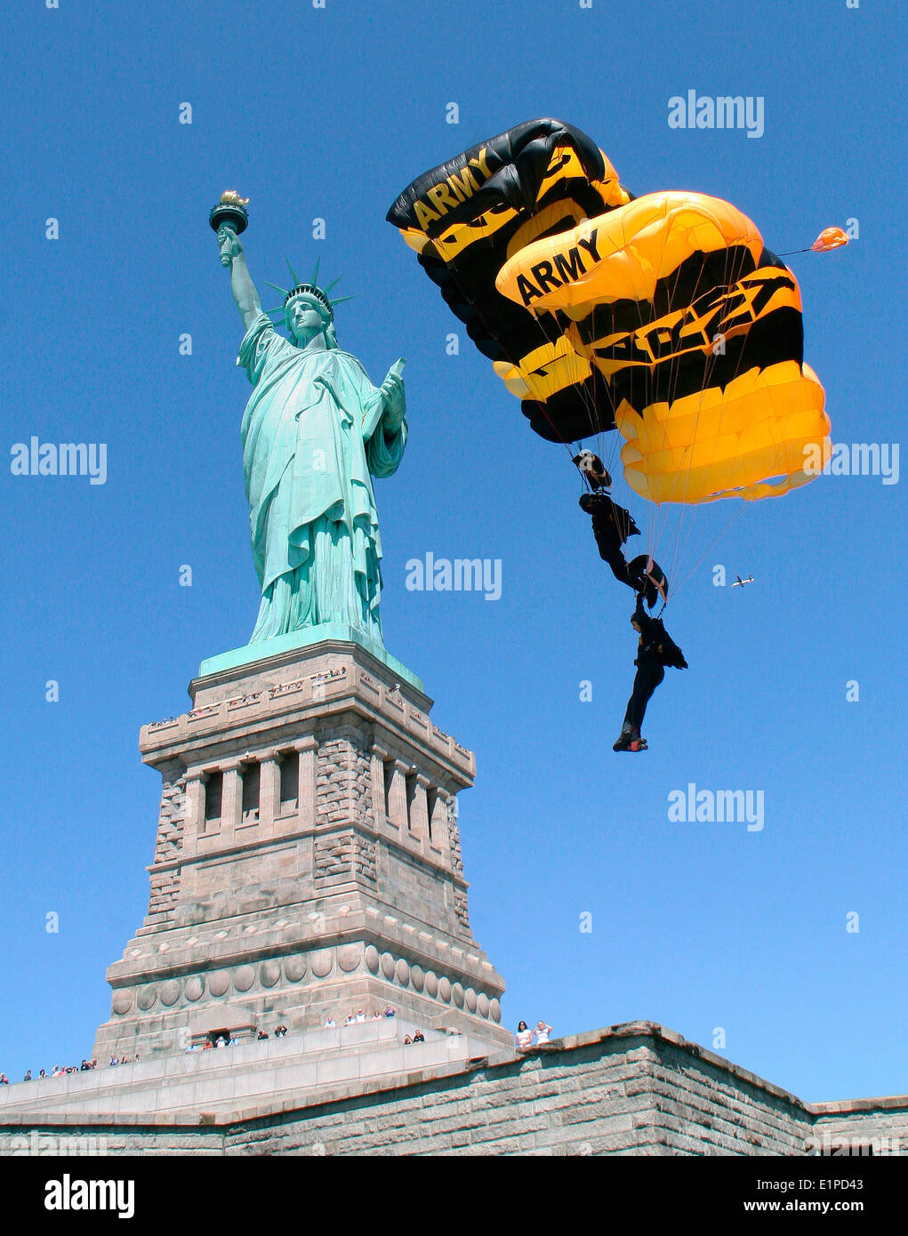 US Army Golden Knights Parachute Team land at the Statue of Liberty August 7, 2009 in New York City, NY. - Stock Image