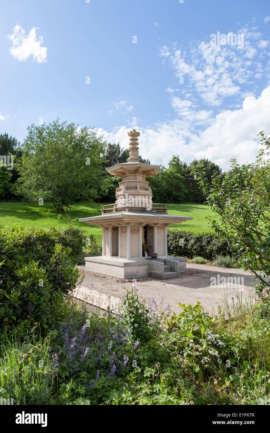 Garden at Nipponzan-Myōhōji Order temple and monastery in Milton Keynes - Stock Image