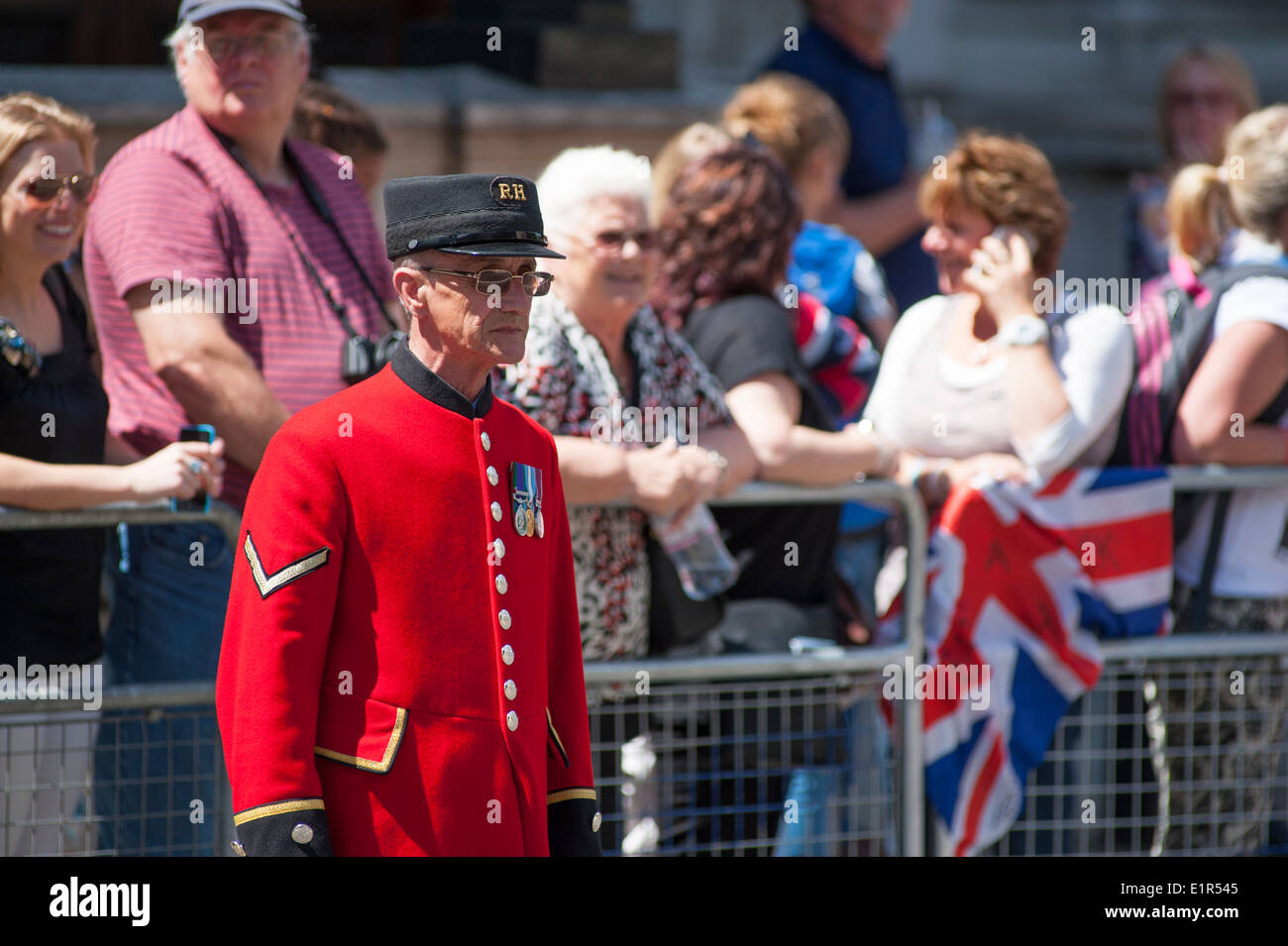 A Chelsea Pensioner stands at The Cenotaph awaiting the Hero Ride 2014 riders - Stock Image