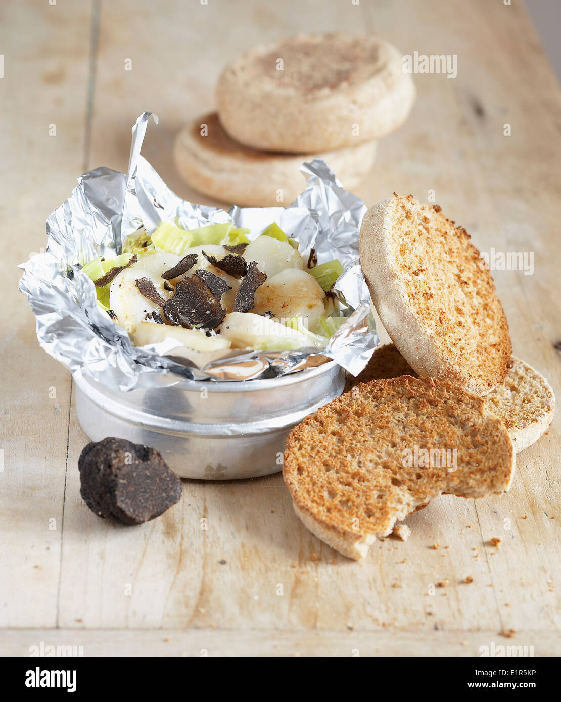 Leek and scallop fondue with thinly sliced truffles,toasted muffins - Stock Image