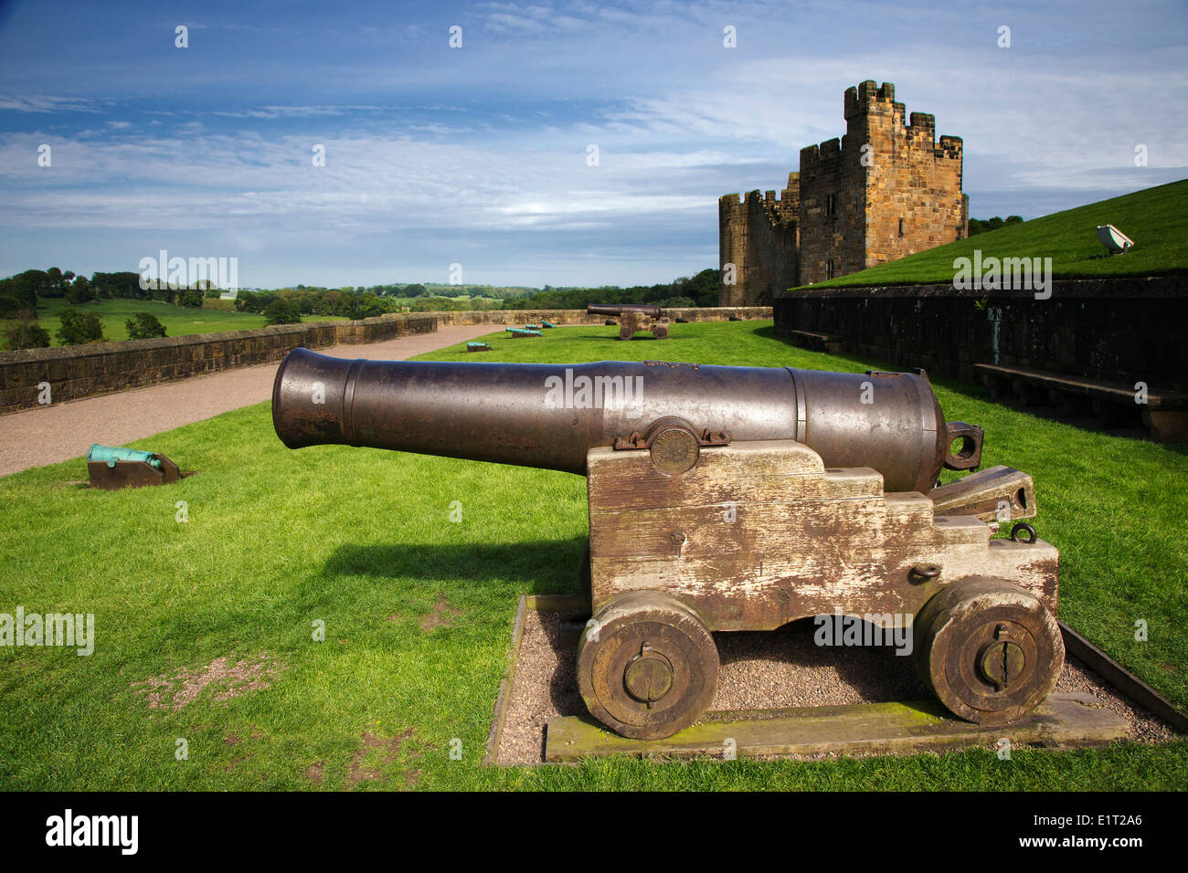 Canon in the gun terrace at Alnwick Castle, where Harry Potter was filmed - Stock Image