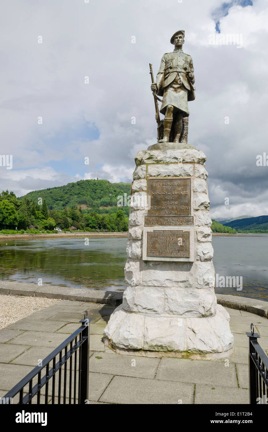 The Inveraray war memorial stands on the green overlooking Loch Fyne and features the bronze statue of a Highland Infantryman - Stock Image