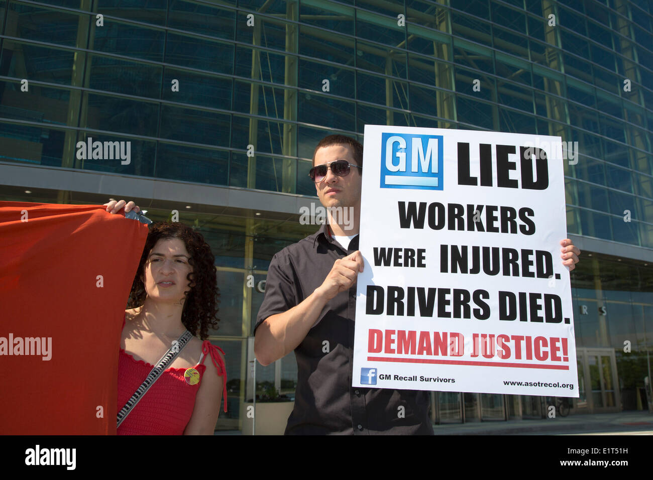 Detroit, Michigan, USA.  Protesters outside General Motors headquarters the day before the GM shareholders meeting demand justice for victims killed because of faulty ignition switches, and for workers injured in GM's factory in Colombia. Credit:  Jim West/Alamy Live News - Stock Image