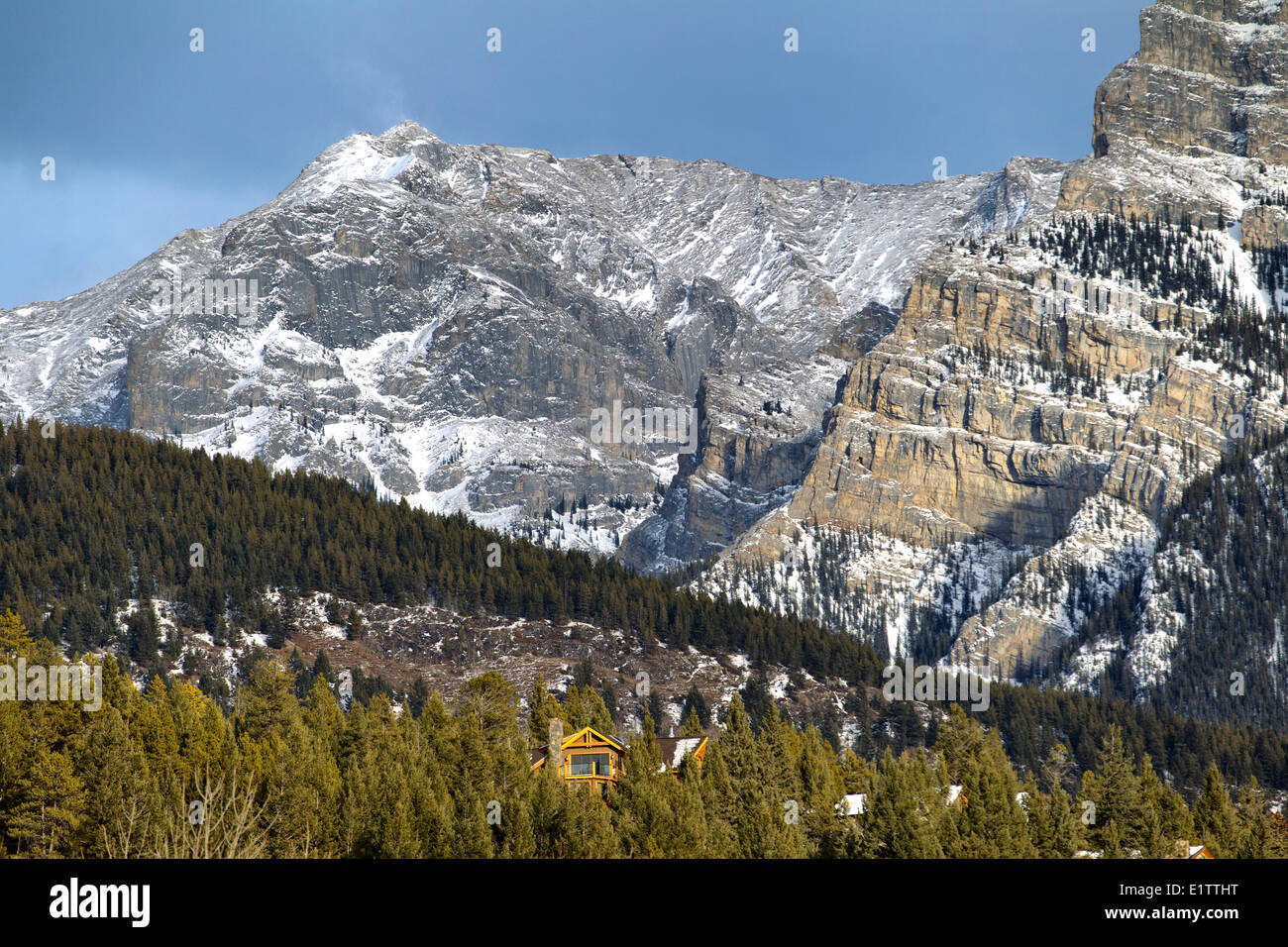 Chalet in front of Mount Norquay, Banff national park, Alberta, Canada - Stock Image