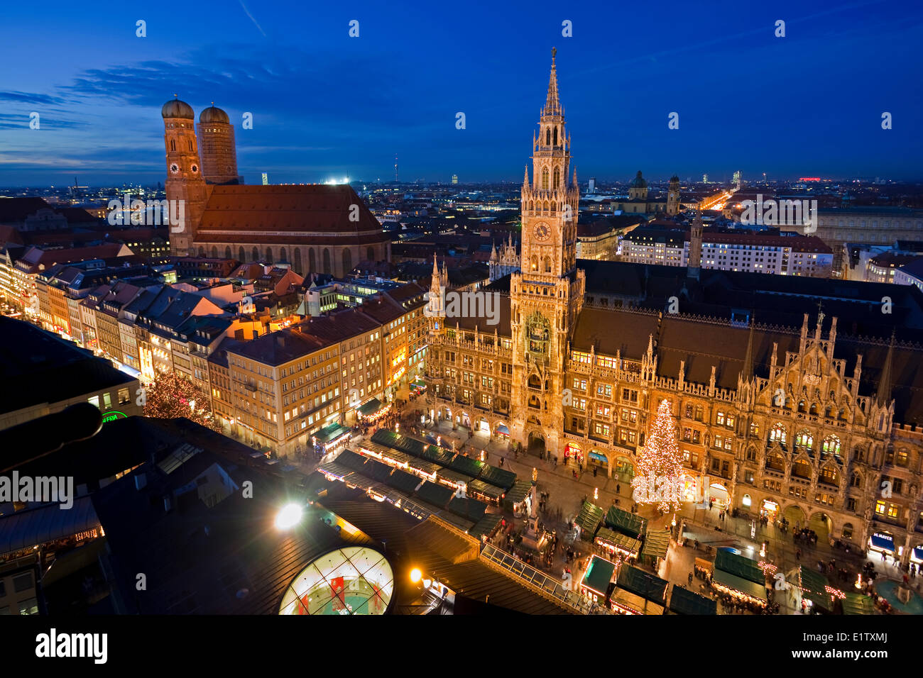 Aerial view the Christmas Markets in the Marienplatz outside the New Town Hall with the Frauenkirche (Cathedral - Stock Image