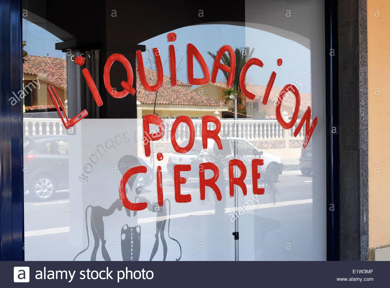 Shop closing down notice painted in window El Campanario Shopping Centre Corralejo Fuerteventura - Stock Image