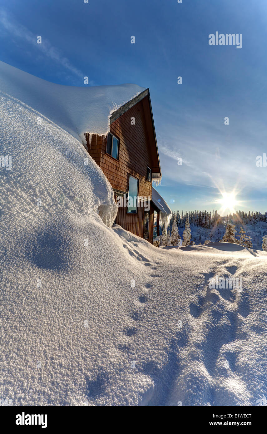 A ski chalet blanketed in deep snow is a familiar site up at Mt. Washington's small village loacted near the - Stock Image