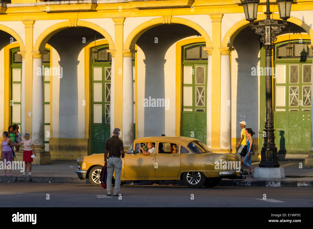 Street scene with old car, Havana, Cuba - Stock Image