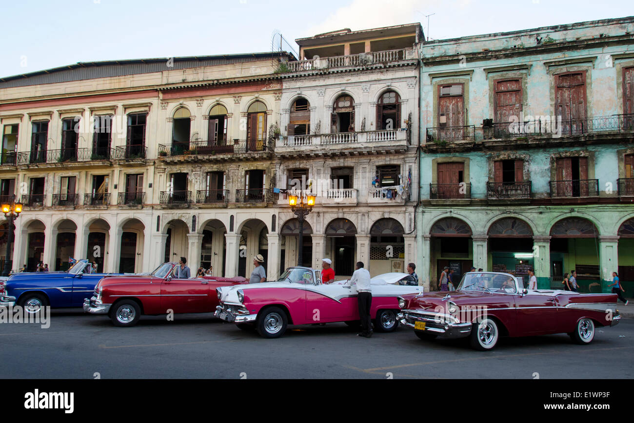 Classic american cars and old building facades, Havana, Cuba - Stock Image
