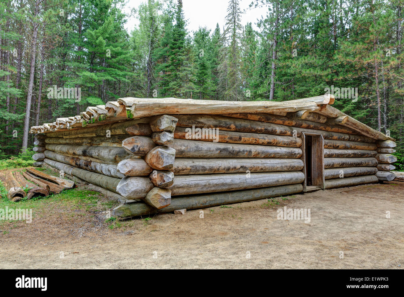 Log Cabin for logging camp workers historically known as a 'camboose shanty' Algonquin Logging Museum Algonquin - Stock Image