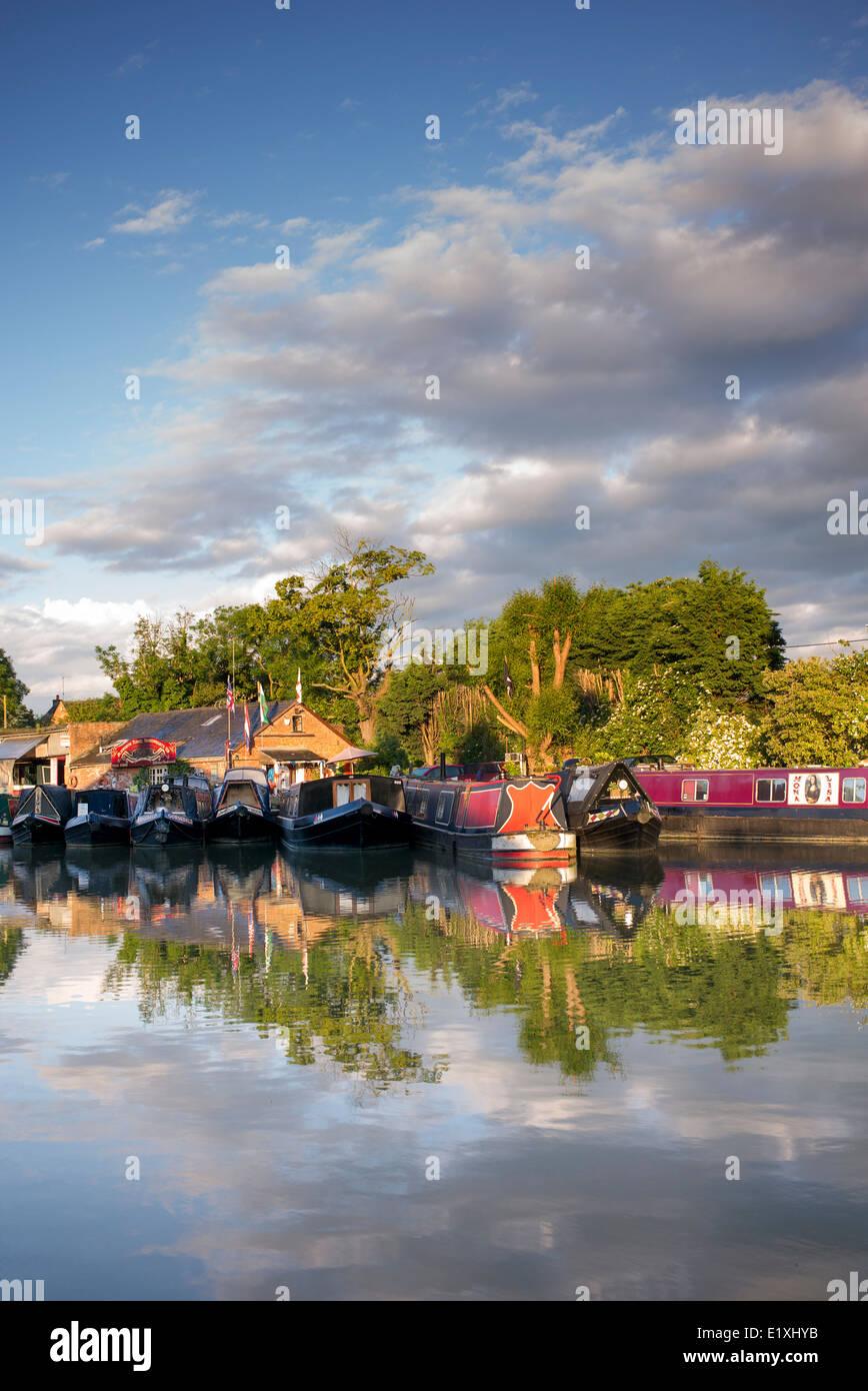 Narrowboats on the Grand Union Canal at sunrise. Blisworth, Northamptonshire, England. - Stock Image