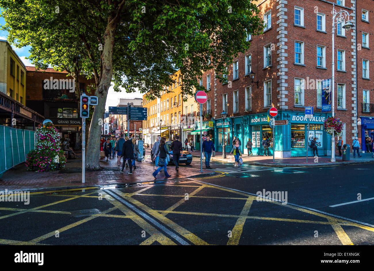 Ireland, Dublin, people in the Ormond Quay cross - Stock Image