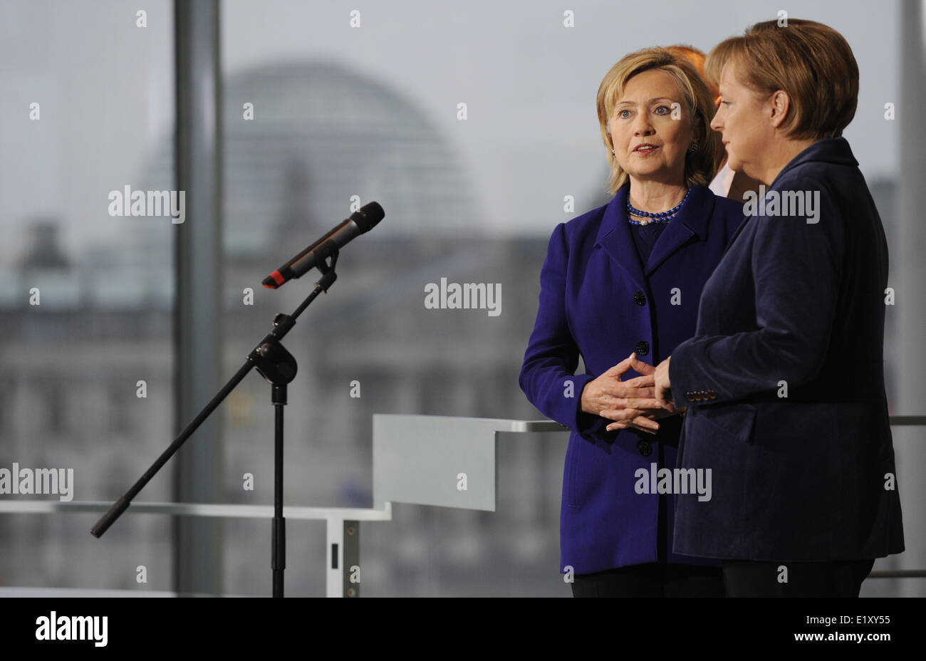 US foreign minister Hillary Clinton (l) and chancellor Angela Merkel (CDU) give a common statement (09.11.2009). - Stock Image