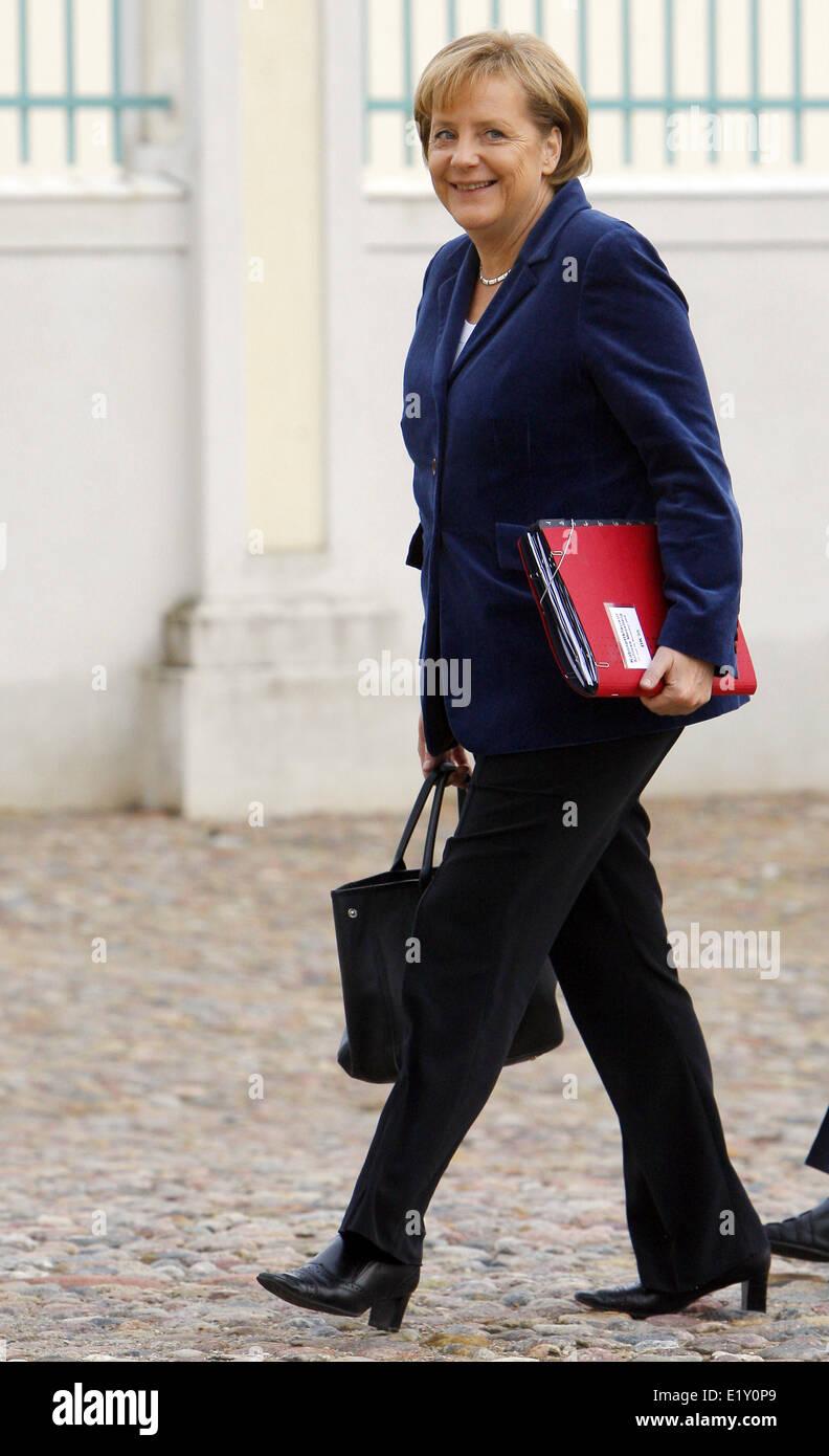 Chancellor Angela Merkel (CDU) walks to her cabinet's conference in Meseberg near Berlin (17.11.2009). Foto: - Stock Image