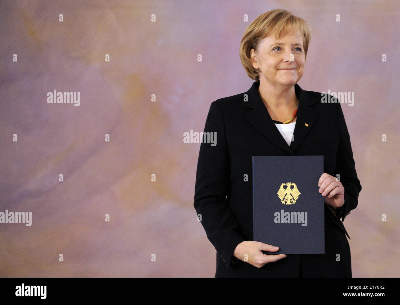Chancellor Angela Merkel (CDU) holds her certificate of appointment in her hands (28.10.2009). Foto: Rainer Jensen - Stock Image