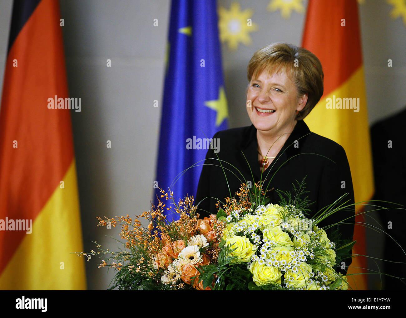 Chancellor Angela Merkel smiles after previous chancellor Schröder has handed over the Federal Chancellor's - Stock Image