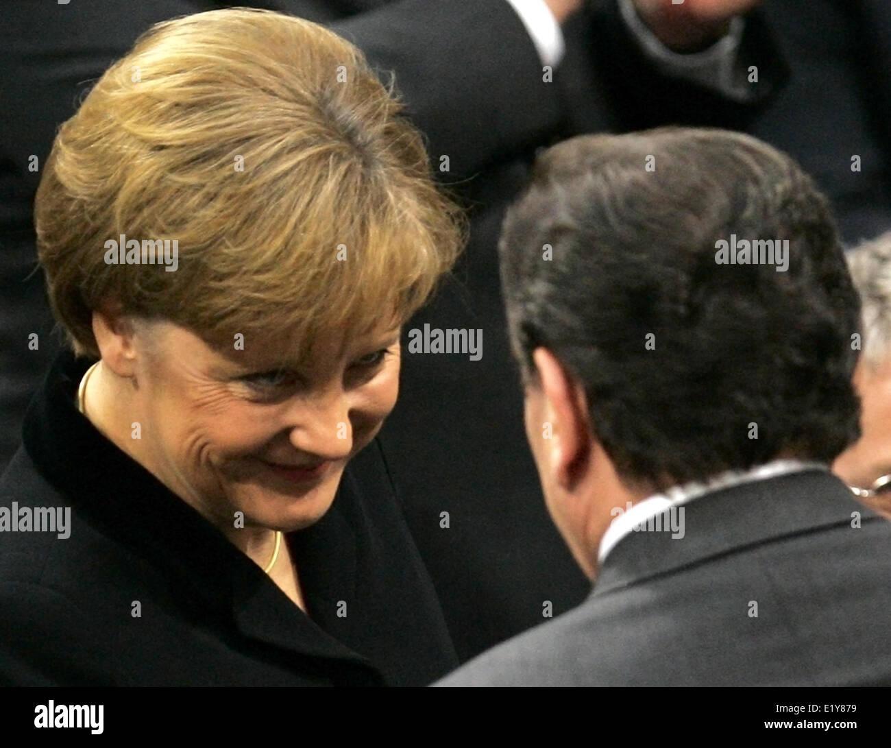 Leaving chancellor Gerhard Schröder (SPD) congratulates new chancellor Angela Merkel (CDU) on her election - Stock Image