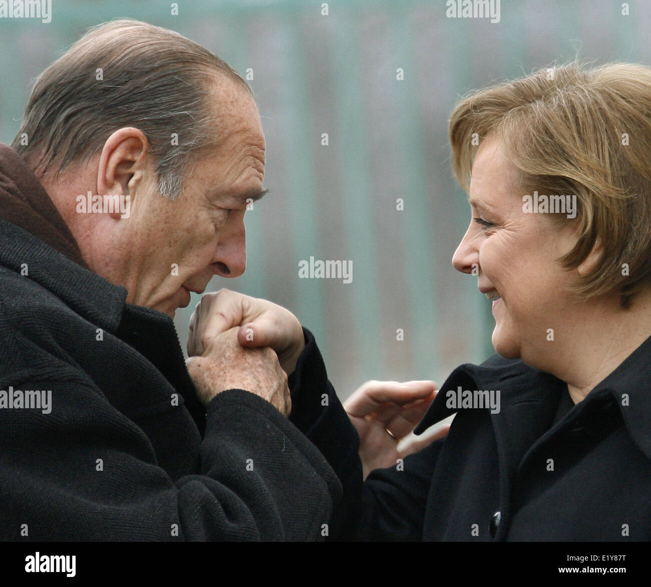 French president Jacques Chirac gives chancellor Angela Merkel a kiss on the hand in Berlin (23.02.2007) where they - Stock Image