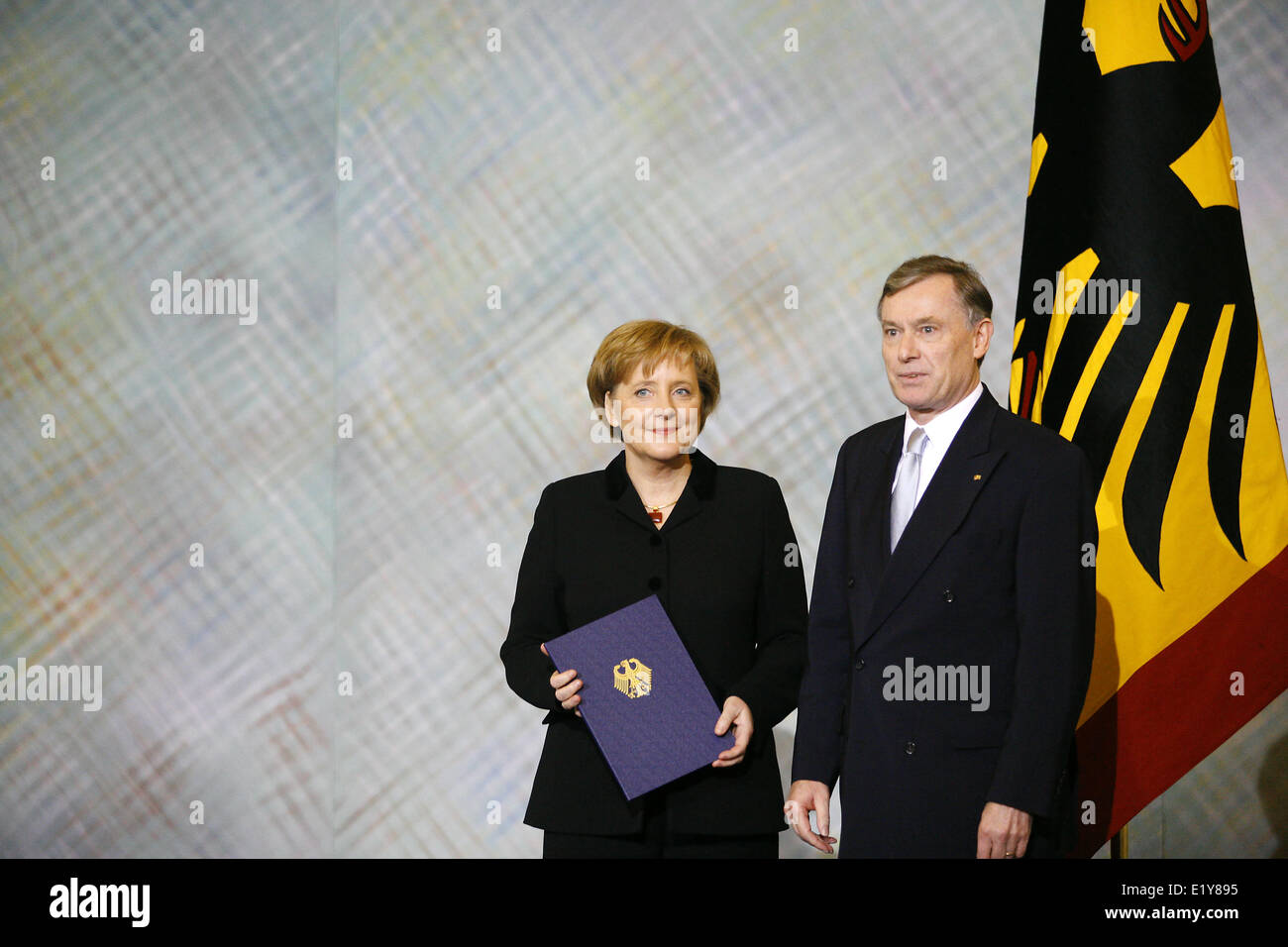 Head of state Horst Köhler (r) hands over the certificate of appointment to Angela Merkel (22.11.2005) who - Stock Image