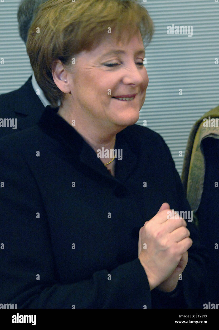 Designated chancellor Angela Merkel (CDU) stands in front of the members of her faction (22.11.2005) and smiles. - Stock Image